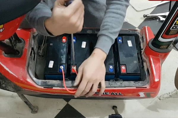 Cách tháo bình ắc quy xe đạp điện